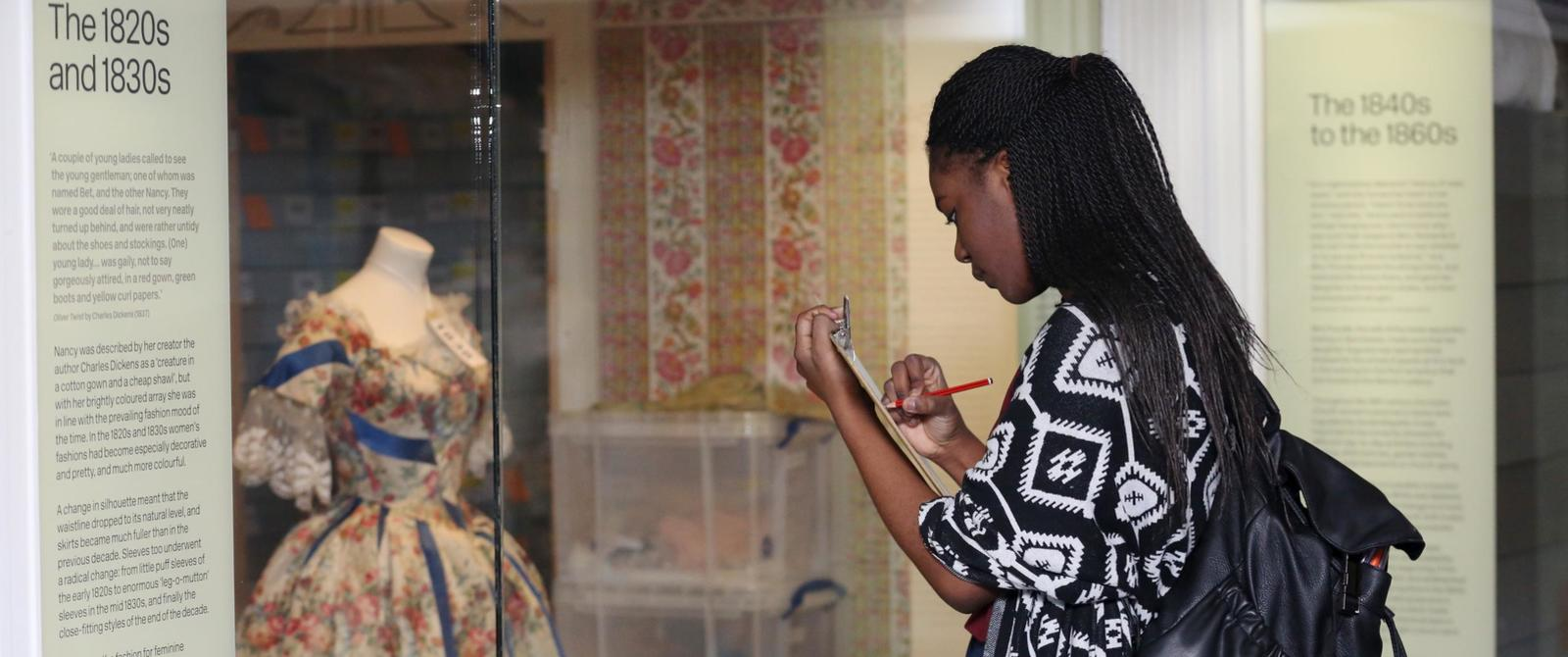 Image: Pupil sketching in the galleries