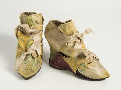 Image: Pair of woven silk shoes, with leather-covered wooden clogs, 1740s