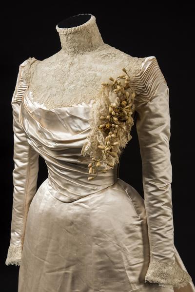 Image: Cream silk satin wedding dress, 1900