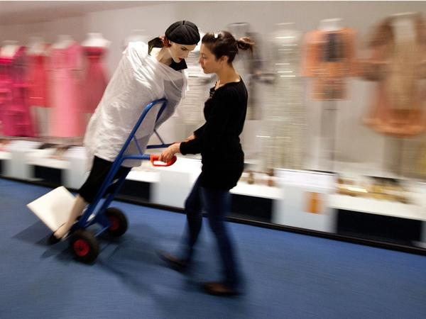 Image: Exhibition changeover at the Fashion Museum